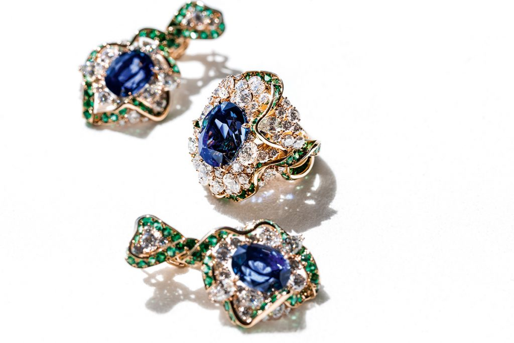 NECKLACE 'Dénoue Saphir': sapphire, emeralds, diamonds, white gold, yellow gold RING and EARRINGS 'Galon Saphir': sapphires, emeralds, diamonds, white gold, yellow gold.