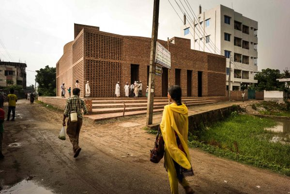 Built in brick using traditional methods, it's an attempt to create a language of architecture. © AKTC / Sandro di Carlo Darsa