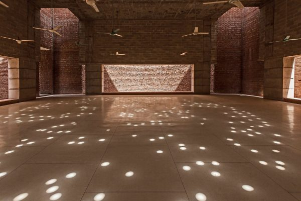 The prayer hall is raised on eight peripheral columns, in addition to four light courts. © AKTC / Hassan Saifuddin Chandan