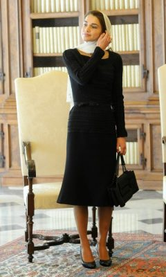 August 2013 | Wearing a LBD that even Audrey Hepburn would be envious of, Queen Rania pairs her understated gown with a beautifully sophisticated white headscarf and minimal makeup as she waits for Pope Francis in his private library.