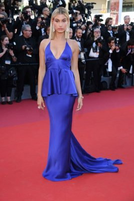 Hailey Baldwin | The American model wore a royal-blue plunging gown complete with cinched-in waist. White diamond de Grisogono earrings were paired with a chunky ring and delicate bracelet from the Maison's Ventaglio collection.