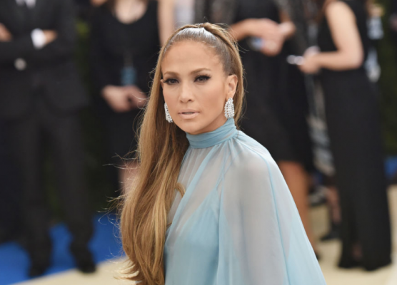 Jennifer Lopez. Putting yourself in the hands of celebrity makeup artist Scott Barnes always works. Jennifer Lopez exuded the kind of glowing charisma that most actresses strive to attain. Her tanned look was achieved using L'oreal makeup while Chris Appleton created her theatrical up-do.