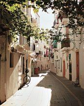 Narrow streets in Dalt Vila. © Anne Menke