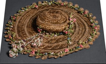 A rare item, this wide-brimmed hat is decorated with small pendants in silk flowers, which were typically believed to be woven with pumpkin-type fibres. On closer examination, they were in fact revealed to be hibiscus fibres.